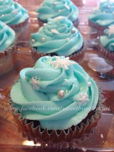 Frozen Theme Cupcakes. Like us: www.facebook.com/sweetbitesbykari Frozen Birthday Cupcakes, Elsa Birthday, Frozen Themed Birthday Party, Themed Cupcakes, Birthday Cake Girls, Cupcake Party, Party Cakes, Cupcake Cakes, Disney Frozen Cupcakes