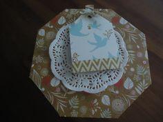 ik maakte een doosje met de vorm van het blikje dat daarin paste. Taartrandje, mooi labeltje eraan en klaar.