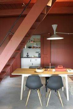 The terracotta color, a timeless trend for your home design. For some time now, beautiful terracotta interiors are under the spotlight and it isn't about to stop ! Why do we love so much terracotta ? Attic Apartment, Attic Rooms, Attic Spaces, Attic Playroom, Attic Office, Attic Closet, Apartment Therapy, Attic Renovation, Attic Remodel