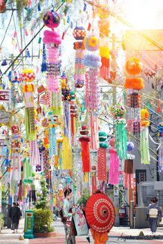 El siete de Julio es la fiesta de Tanabata, los japoneses escriben sus deseos en tiras de papel de colores conocidas como Tanzania y otros llamativos ornamentos en ramas de bambú en Japón (sasa o take)