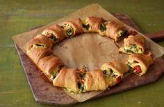 Deftiger Croissant-Kranz: So simpel wie sensationell: Spinatfüllung mischen, Teigstern legen, füllen, wickeln, backen – lecker!