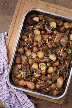 Agnello al forno con patate: tanti aromi e in forno. Il secondo di Pasqua è pronto! [Baked lamb with potatoes]