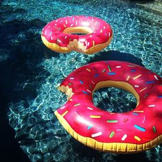 I wants these donuts for the pool!! How awesome!