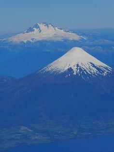 Chile. Monte Tronador y Volcán Osorno, despegando desde Puerto Montt. Abajo, parte del lago Llanquihue, mirando desde el noroeste.