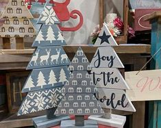 wooden christmas tree 34 Fabulous DIY Pallet Christmas Tree Ideas to decorate Your Home Christmas Craft Projects, Christmas Tree Crafts, Christmas Mantels, Christmas Tree Decorations, Christmas Ornaments, Holiday Decor, Christmas Villages, Pallet Christmas Tree, Christmas Tree Painting