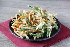 Kakiage (搔き揚げ oder かきあげ) ist eine Art von Tempura mit fein geschnittenen Streifen von Gemüse und (manchmal) Meeresfrüchten wie Shrimp oder Oktopus.