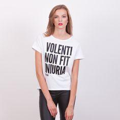 Volenti Non Fit Iniuria - koszulka wolnościowa. Przedłużany tył i rękawy z mankietami
