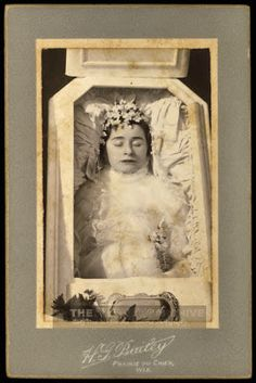 Ekphora: The Thanatos Archive - Victorian Post Mortem and . Memento Mori Photography, Death Pics, Wierd Facts, Weird, Post Mortem Pictures, Antique Pictures, Victorian Pictures, Post Mortem Photography, Momento Mori