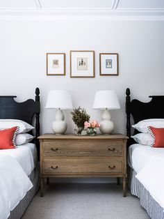 41 Classy Bedrooms Twin Beds Ideas For Small Rooms. Ever since one can remember, twin bed frames have been in homes around us. What does the term twin bed imply? Black Headboard, Traditional Bedroom Decor, Decoration Inspiration, Decor Ideas, Stylish Bedroom, Guest Bedrooms, Twin Bedroom Ideas, Twin Bed Room, Blue Bedrooms