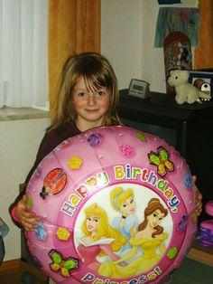Hallo Ballon 4 You,    bereits Mitte Juli hatte unsere Tochter Geburtstag.Natürlich wusste sie vorher schon, dass sie wieder einen Ballon von Euch bekommen wird.Sie war schon Tage vorher total aufgeregt, da sie ja nicht wusste, welchen wir ihr diesmal ausgesucht haben.    Als das Paket dann am Freitag, wie immer pünktlich geliefert wurde, musste sie sich mit dem Öffnen auch noch einen ganzen Tag gedulden, da sie ja erst am Samstag Geburtstag hatte.