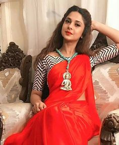 Saree look of Jennifer Winget will leave you Surprised Red Saree, Saree Look, Saree Dress, Bollywood Saree, Saree Blouse Patterns, Saree Blouse Designs, Saree Styles, Blouse Styles, Indian Dresses