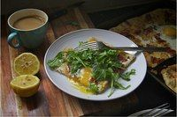 лимон 1/2 шт. полоски бекона (готовые) 5 шт. сыр Моцарелла 50г сыр Пармезан 50г сыр чеддер 100г тесто для пиццы Поджарьте бекон, выложите его на бумажные полотенца сушиться. Мелко нарежьте чеснок. Смажьте противень оливковым маслом и поместите в него тесто, выложите сыры, бекон и мелко нарезанный чеснок.Добавьте соль,черный перец. духовку на10 минут. разбейте яйца, еще на 10-12 минут Отличный топпинг для пиццы-руккола, оливковое масло и лимонный сок.Смешайте эти ингредиенты в небольшой…