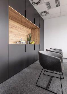 Office space | metaforma #wooden #shelving #contrast