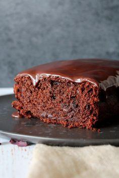 Chokolade Banankage Med Baileys Glasur - Det her er en af mine favorit kager lige for tiden! Svampet, lækker og bare så god! Glasuren kan nemt laves uden Baileys, hvis den skal være børnevenlig. Kagen er stadig super god! #banan #kage #banankage #baileys #kage #dessert #chokolade