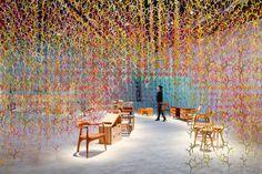 01-instalacao-em-tokyo-exibe-100-tons-de-cores-em-meio-a-moveis