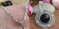 Corrente de prata tibetana e medalhão redondo de resina natural preta