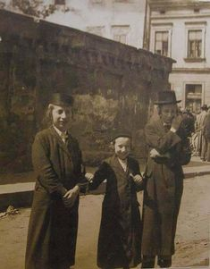 Krakow boys from Hasidic families c 1930 photo by Menachem Kipnis Pinterest History, Orthodox Jewish, In Another Life, Jewish History, World Cities, Weird World, The Good Old Days, Amazing Photography, Face Photography