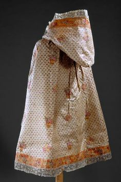 Hooded cloak, c. 1800, Museu Nacional do Traje.