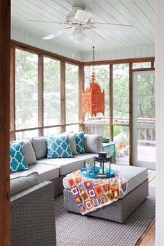 Back Porch Decorating Ideas Screened Porch With Lively Colorful Decor Entrance Porch Interior Decorating Ideas Uk Screened Porch Decorating, Screened Porch Designs, Screened In Patio, Screened Porch Furniture, Front Porch, Front Windows, Sunroom Furniture, Big Windows, Outdoor Furniture