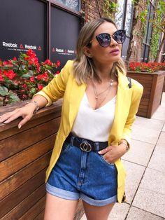 mom jeans, blusa branca e blazer amarelo alongado.Short mom jeans, blusa branca e blazer amarelo alongado. Blazer Outfits Casual, Cute Casual Outfits, Short Outfits, Chic Outfits, Fall Outfits, Summer Outfits, Fashion Outfits, Blazer Fashion, Dress Outfits