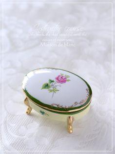 『シュールデコール懇親会』 China Painting, Trinket Boxes, Bone China, Miss Dior, Dinnerware, Tea Pots, Jewelry Box, Dior Parfum, Ceramics