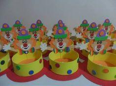 Resultado de imagem para enfeite de mesa festa palhaço School, Kids, Decoration, Image, Toys, Embellishments, Little Girls, Colors, Center Pieces