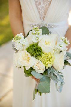 Traumhafter Brautstrauß in Weiß und Grün | Ganze Real Wedding auf http://www.hochzeitsplaza.de/real-weddings/amy-und-camerons-stilvolle-herbsthochzeit | Foto von Pepper Nix Photography | #herbsthochzeit #hochzeit #herbst #brautstraß #bouquet #grün #weiß #rosen