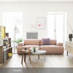 """Warm und einladend wirkt das rosafarbene """"Connect Sofa"""". Die Holzmöbel unterstreichen diesen Effekt. Das Neongelb setzt starke Akzente."""