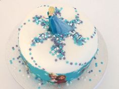 Here is a recipe and tips for making a cute Frozen birthday cake easy. The secret, an Elsa figurine on top and a ribbon of sugar paste printed Reine des Neiges. With a sweet chocolate cake recipe. Cake Icing, Fondant Cakes, Elsa Torte, Zoe Cake, Frozen Birthday Theme, Cake Birthday, Barbie Cake, Grilling Gifts, Sugar Cake