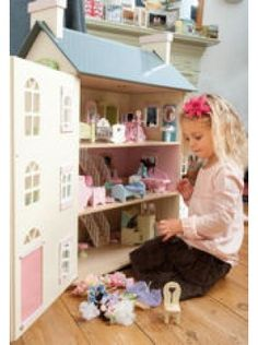 Includes Cherry Tree Hall Dolls House, any 4 Daisy Lane Rooms of furniture, the dolls house family and playmat.  If you have a preference for the daisyland furniture rooms, please email us. Otherwise, we will choose 4 rooms for you.