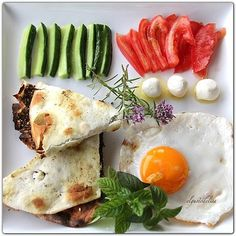 Good morning everyone :) Isn't this a Happy Meal? Arabic Breakfast, Lebanese Breakfast, Entree Recipes, Vegetarian Recipes, Cooking Recipes, Healthy Recipes, Lebanese Cuisine, Lebanese Recipes, Good Food