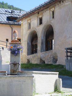 La fontaine, Guarda, commune de Scuol, Basse-Engadine, Canton des Grisons, Suisse. | by byb64