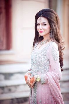 Hairstyles For Indian Wedding – 20 Showy Bridal Hairstyles Pakistani Bridal Makeup. (My hairstyle for sisters wedding!) (inshallah) Hairstyles for Sarees SouIndian bridal hair makeuLong Bob Hairstyles 2015 Indian Wedding Hairstyles, Elegant Hairstyles, Hairstyle Wedding, Hair Wedding, Wedding Makeup, Asymmetrical Hairstyles, Pakistani Hairstyles For Long Hair, Party Makeup, Pakistani Wedding Hairstyles