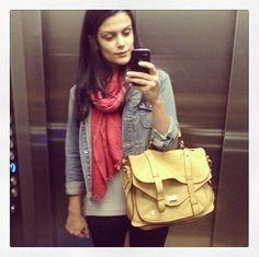 Fã das mantinhas :) Adoro frio, porque posso usar mantas/cachecol. Vira e mexe, posto alguns modelitos no Instagram (@marina2beauty) e as meninas acabam me perguntando como eu gosto de amarrar. Por isso, aqui vai um vídeo rápido com as amarrações que eu sei fazer: . . . . . . . . . . Pra…