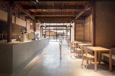 Image 10 of 28 from gallery of Blue Bottle Coffee Kyoto Cafe / Jo Nagasaka / Schemata Architects. Photograph by Takumi Ota Minimalist Kitchen, Minimalist Interior, Minimalist Bedroom, Minimalist Decor, Minimalist Living, Modern Minimalist, Cafe Shop Design, Cafe Interior Design, Diy Interior Doors