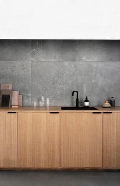 Norm Architects' køkkendesign i savskåret natur eg med greb i sortmalet stål.