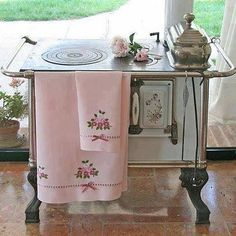 Chic and Shabby Home Decor Kitchen, Chic Kitchen, Shabby Chic, Chic Decor, Vintage Stoves, Shabby, Shabby Chic Homes, Kitchen Stove, Old Kitchen