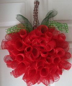Apple Deco Mesh Wreath - this would be really cute in my kitchen Wreaths And Garlands, Deco Mesh Wreaths, Holiday Wreaths, Holiday Crafts, Christmas Decorations, Deco Mesh Crafts, Wreath Crafts, Diy Wreath, Wreath Ideas