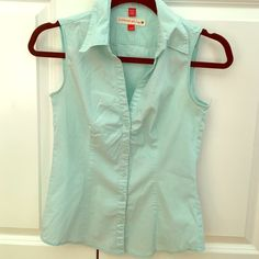 """ESPRIT sleeveless button down ESPRIT button down sleeveless shirt, perfect for summer months! Fabric has stretch which makes for a form fitting and flattering fit (96% cotton / 4 % spandex). Fits size xs, comfortably up to 34"""" bust. ESPRIT Tops"""