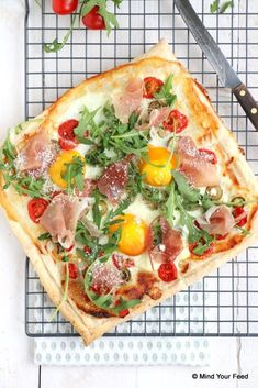 Plaattaart met ei en ham – Mind Your Feed - Brunch Rezepte I Love Food, Good Food, Yummy Food, Quiches, Bruchetta Recipe, Food Porn, Buffet, Sandwiches, Salsa