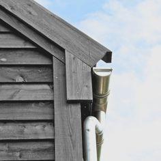 Gesimsdetalj med takrenner av aluminium. Av arkitekt Einar Wahlstrøm.