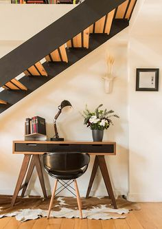homify is an online platform for architecture, interior design, building and decoration. homify offers everything the end user requires, from the planning stage, up to the delivery of the keys to your dream home. Stair Decor, Entryway Decor, Desk Under Stairs, Small Living Dining, Home Office Design, House Design, Apartment Design, Interior Design Inspiration, House Styles