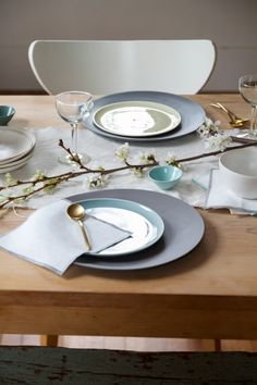 Casual and elegant setting with Norm ceramics in springtime pastels, eco friendly everyday napkins, and brushed gold flatware. Accented with white cherry blossoms Round Table Settings, Casual Table Settings, Romantic Table Setting, Everyday Table Settings, Dinner Table, Tablescapes, Gold Flatware, Table Decorations, Centerpieces