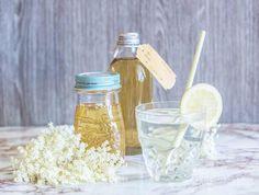 Selbstgemacht schmeckt's am besten - das gilt auch für Holundersaft. Wir zeigen ein leckeres Rezept für Holunderblütensirup mit Birkenzucker (Xylit, Xucker)