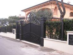 Moderno cancello in ferro oscurato con recinzione in ferro. Italian quality. Modern iron gate with dimming and fence.