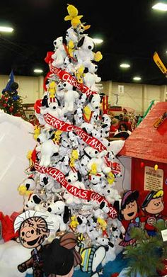 Sad, But I probably could make this tree with the snoopy's I own!!! Snoopy Christmas Tree So reminds me of my friend Luke