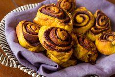 Αφράτα ρολάκια κανέλας από πουρέ κολοκύθας. 18 μερίδες, 30 λεπτά και εύκολη συνταγή για υπέροχα ρολά κανέλας με ζύμη από πουρέ κολοκύθας.