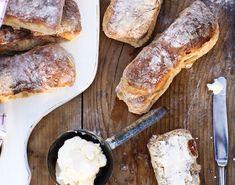 Få opskriften på superlækre morgenboller med abrikoser og valnødder. Lad dejen hæve natten over, så har du friskbagt brød på ingen tid til morgenbordet.