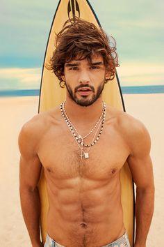 E pra praia... sem camisa mesmo, né?