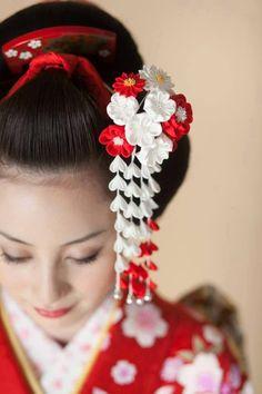 Image about japan in Geisha.👘🌸 by Eva Lovett. geisha and japan image Japanese Geisha, Japanese Beauty, Japanese Kimono, Asian Beauty, Geisha Japan, Geisha Hair, Art Asiatique, Japanese Wedding, Japan Image